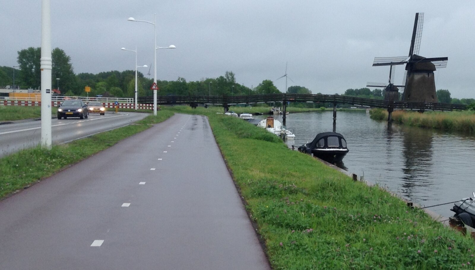 Dedicated Cycling lane between canal and the roadway